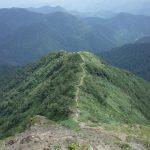 西黒尾根、きた道を振り返る。きつい登りだと思っていたら日本三大急登だとか。